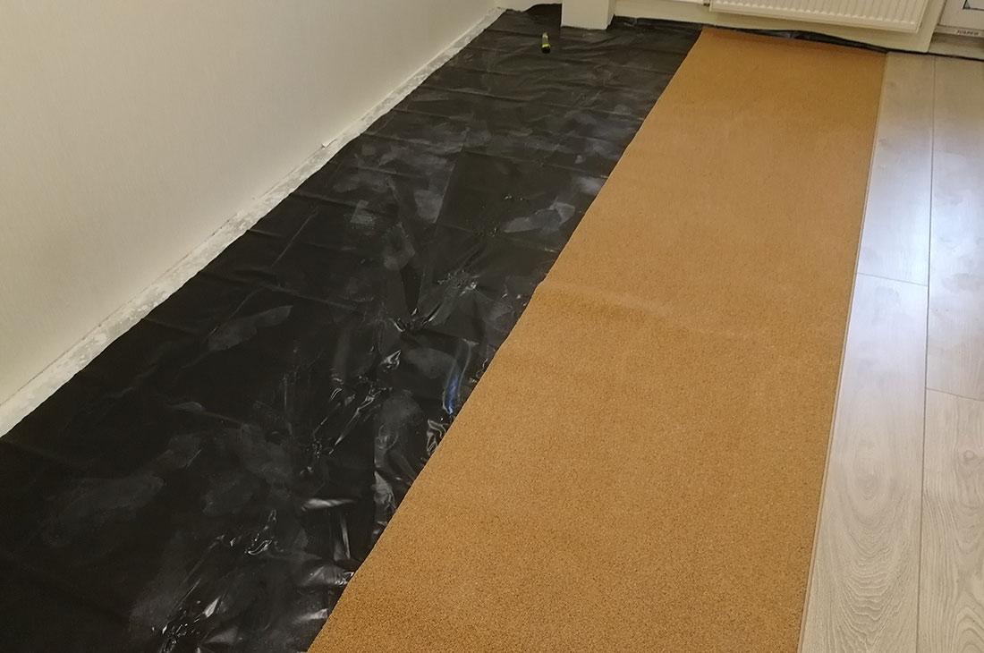 Укладка пароизоляционной пленки на бетонное основание