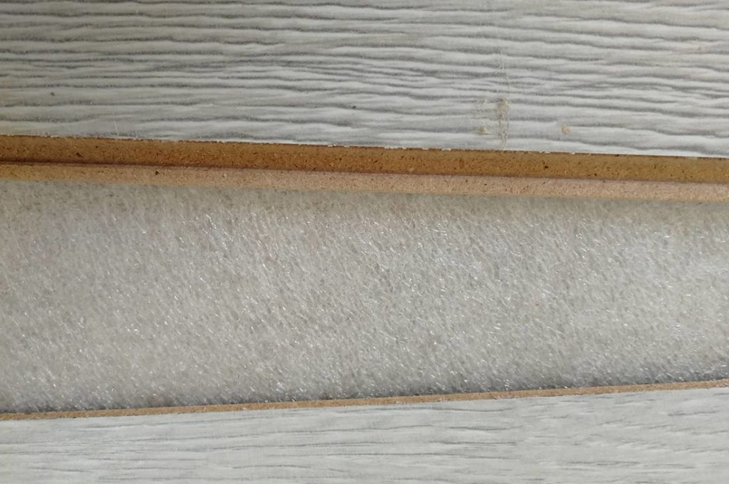 Остатки герметизации на ламинате после демонтажа